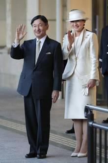 Japans neues Kaiserpaar wird bei ihrer Ankunft am Bahnhof Ujiyamada Station in Ise in Empfang genommen.