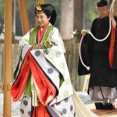 Wie auch ihr Mann, trägt Kaiserin Masako im Außenbereich von Geku von Ise Jingu, einem großartigen Shinto-Schrein, ein klassisches japanisches Gewand.