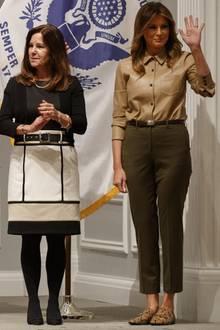 Ein Outfit ganz nach Melania Trumps Geschmack: Bei einem offiziellen Termin in Washingtonkombiniert die Ehegattin von Donald Trump zurLederbluse von Equipment eine schlichte, dunkelgrüne Anzugshose. Ein brauner Ledergürtel des amerikanischen Designers Ralph Lauren runden den recht schlichten Look ab. Herrlich normal: Melania recycelt ihre innig-geliebten Loafer mit Schlangen-Print von Zara für rund 45 Euro.
