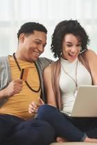 Junges Paar beim Online-Shopping, Online-Shopping, Shoppinglaune, glückliches Paar