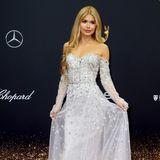 Influencerin Pamela Reif wirkt in ihrem Kleid vonGeorges Makaroun wie eine Prinzessin.