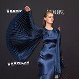 Model Berit Heitmann zeigt die Mega-Ärmel ihres dunkelblauen Kleides von Aigner, dazu trägt sie Schmuck von Bulgari.
