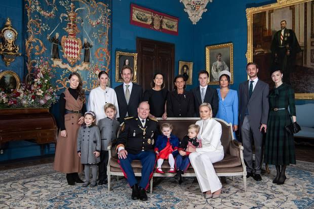 22. November 2019  Anlässlich des Nationalfeiertages in Monaco veröffentlicht der Palast ein offizielles Familienfoto. Aufgenommen wurde das Bild im Fürstenpalast. Fürst Albert und Fürstin Charlène thronen mit den Kindern Gabriella und Jacques in erster Reihe.