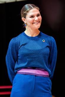 Zum Pep Forum im Karolinska-Institut in Stockholm erscheint Prinzessin Victoria wie bereits im letzten Jahr in einer royalblauen Kombination bestehend aus einem auffälligen Pullover mit Glitzer und farblich abgesetztem Bund sowieeiner locker sitzenden Anzugshose mit weitem Schnitt.