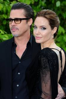 """Auch wenn Angelina Jolie und Brad Pitt 2016 die Scheidung eingereicht haben, haben sie auch rund 13 glückliche Jahre miteinander verbracht. Das lag auch daran, dass die zwei Schauspieler sich gegenseitig Freiheiten ließen. Jolie sagte gegenüber """"Das Neue"""": """"Ich bezweifle, dass Treue für eine Beziehung absolut notwendig ist."""" Stattdessen wollten sie sich nie aneinander ketten. Ob ihnen die Beziehung durch die Hochzeit im Jahr 2014 doch zu eng wurde?"""
