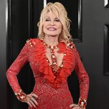 """Country-Star Dolly Parton ist bereits seit 1966mit Carl Dean verheiratet. Sagt Ihnen nichts? Kein Wunder, denn erhält sich komplett aus der Öffentlichkeit heraus. Wie der """"Kurier"""" berichtet, soll die Musikerin das Liebesgeheimnis wie folgt formuliert haben:""""Wenn wir uns betrügen, dann sagen wir das nicht. Es tut uns beiden einfach gut."""""""