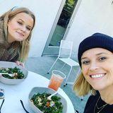 Wir können gar nicht oft genug über die verblüffende Ähnlichkeit von Reese Witherspoon (rechts) und TochterAva Phillippe sprechen. Auch beim gemeinsamen Lunch des Mutter-Tochter-Gespanns staunen wir, dass nicht nur der Inhalt auf den Tellern fast identisch aussieht.