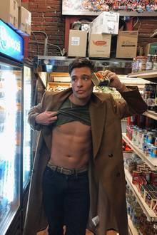 Wir wissen zwar nicht, was Ed Westwick hier mit hochgezogenem Shirt im Supermarkt macht – sieht aber auf jeden Fall gut aus.