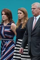 Prinz Andrew mit seinen Töchtern Prinzessin Beatrice und Prinzessin Eugenie