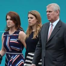 Prinz Andrew mit seinen Töchtern Prinzessin Eugenie undPrinzessin Beatrice.