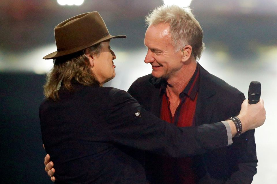 """22. November 2019  Bei der Premiere der """"International Music Awards"""" in Berlin treffen zwei Musiklegenden aufeinander:Popstar Sting erhält im Rahmen der Feierlichkeiten den """"Hero""""-Preis für sein Lebenswerk, während Udo Lindenbergfür seine politische Haltung mit den """"Courage""""-Preis ausgezeichnet wird."""