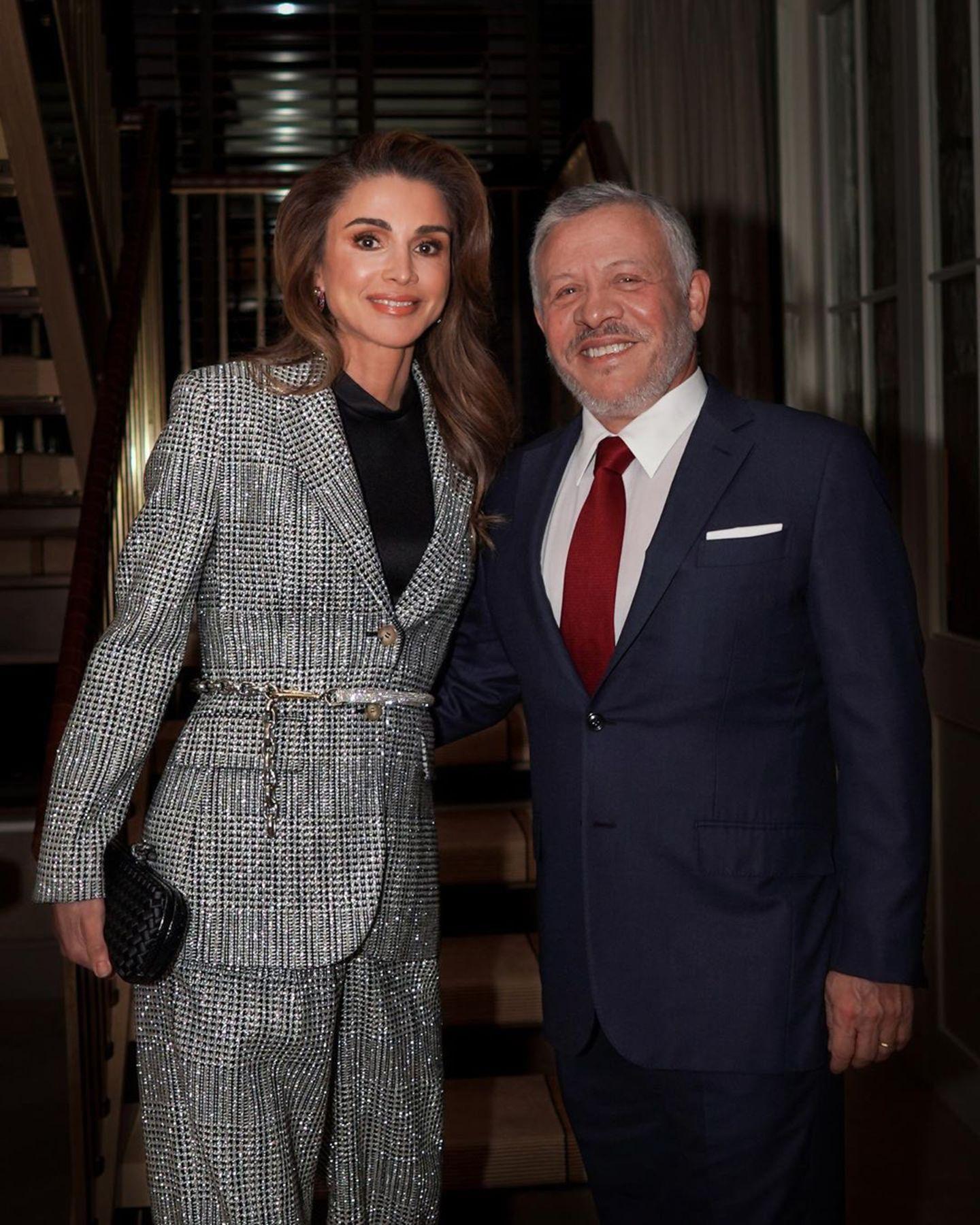 Für einen Termin in New York wirft sich Königin Rania in Schale. Sie trägt einen karierten Glitzer-Anzug. Mit einem dünnen Gürtel betont sie ihre schmale Taille. Zu ihrem auffälligen Look kombiniert sie natürliches Make-up und offene Haare.