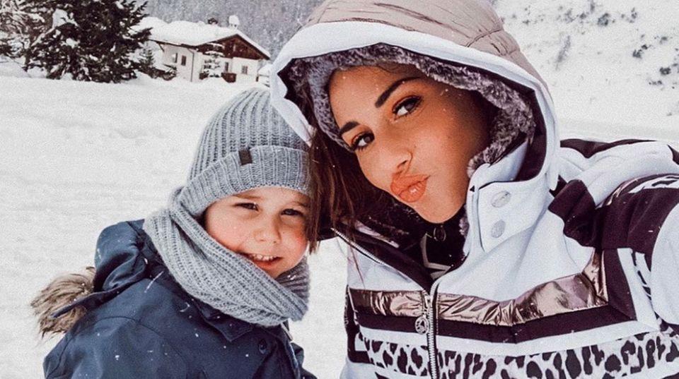 """So schön kann der Winter sein! Sarah Lombardi, die zur Zeit mit der TV-Show""""Holiday On Ice"""" ihre Eiskunstlauf-Künste unter Beweis stellt, scheint auch sonst die Kälte nicht zu scheuen. So ein süßesLächeln von Söhnchen Alessio lässt sowieso jedes Eis schmelzen."""