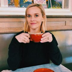Bei einem Tässchen Kaffee und einem netten Pläuschchen sitzen Reese Witherspoon und ihre Tochterbeisammen. Ava freut sich über Mamas Überraschungsbesuch, den sie gerne auf Instagram teilt.