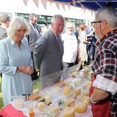 """Prinz Charles + Herzogin Camilla: 23. November 2019 I Tag 7 Am letzten Tag ihrer siebentägigen Reise durch Neuseeland drehen Herzogin Camilla und Prinz Charles noch eine gemeinsame Runde über den """"Lincoln Farmers und Crafts Market"""" in Christchurch."""