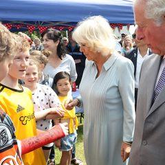 Prinz Charles + Herzogin Camilla: Dabei werden sie herzlich empfangen und kommen mit den Menschen ins Gespräch. Einem jungen Besucher erfüllen sie dabei einen ganz besonderen Wunsch...