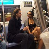 """Na, wenn dieses Foto aus der New Yorker U-Bahnmal nicht die Beziehungsgerüchte um Tom Hiddleston und seine Schauspielkollegin Zawe Ashton weiter anheizt. Die beiden spielten gemeinsam im Theaterstück """"Betrayal"""" im Londoner West End, das jetzt am Broadway aufgeführt wird. Zawes verliebte Blicke scheinen darauf hinzudeuten, dass die beiden nicht nur auf der Bühne gut miteinander harmonieren."""
