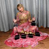 24. November 2019  Taylor Swift am Boden? Nur wortwörtlich, ihrer Karriere könnte es nämlich nicht besser gehen, nachdem sie allein bei der diesjährigen Verleihung der American Music Awards sechs der begehrten Trophäen abgeräumt hat. Und damit sie jetzt Rekordhalterin. Insgesamt hat sieschon 29 AMAs mit nach Hause genommen, ihren ersten gewann sie 2008. Sie hat damit Michael Jackson (†) überholt, der zu Lebzeiten 24 der Preise gewonnen hatte.