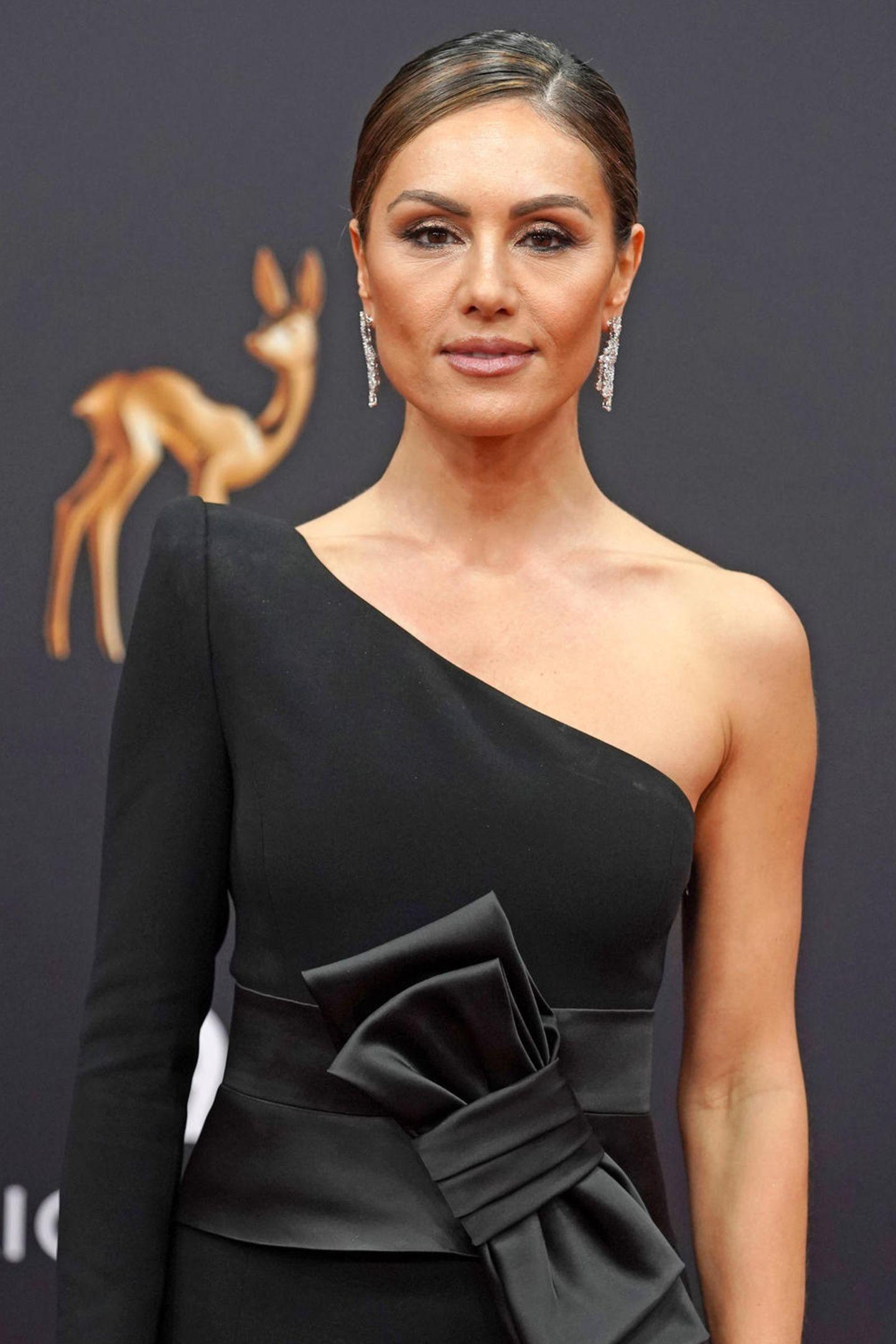 Nazan Eckes sorgte bei der Bambi-Verleihung 2019 für einen richtigen Wow-Moment in ihrer schwarzen Couture Robe von Pio O'kan. Auf Instagram verrät die schöne Moderatorin, dass das Kleid in wochenlanger Handarbeit gefertigt wurde und dass sie ganz verliebt seiin das traumhafte Prachtstück.