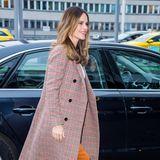 Zu einem Kongress in Stockholm erscheint Prinzessin Sofia in einem schönen Business-Look in Herbsttönen. Ein besonders süßes Detail trägt sie jedoch an ihrem Hosenbund ...