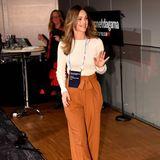 Ihr Highwaist-Hose ziert eine schöne Schleife am Hosenbund – einstylischer Hingucker, der ihren Look direkt zu etwas Besonderem macht. Dazu kombiniert Sofia Pumps im selben orangefarbenen Ton.