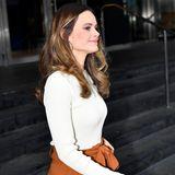 Ein cremefarbener Pullover mit elegantemU-Boot-Ausschnitt, den Prinzessin Sofia zu ihrem Herbst-Outfitträgt, rundetihren schicken Business-Look ab.