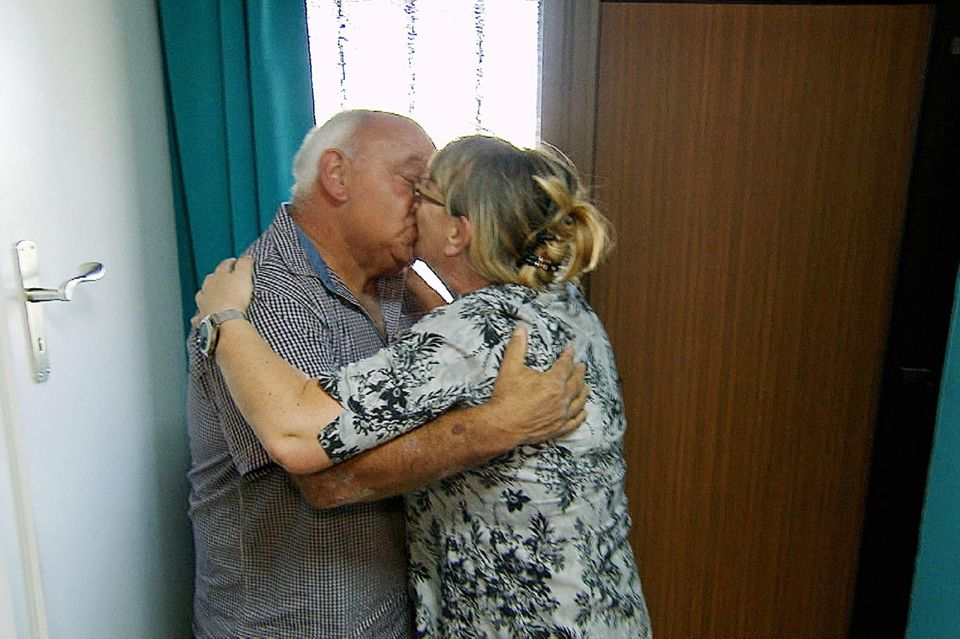 Jürgen und Kirsten liegen sich bei seinem Besuch in den Armen