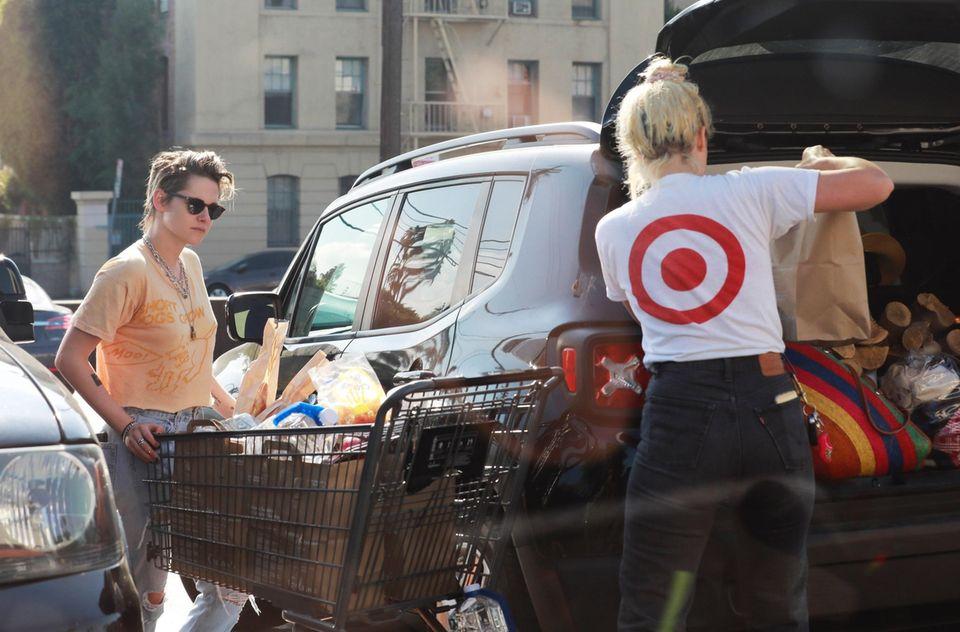 Mit gefülltem Einkaufswagen kommt Schauspielerin Kristen Stewart mit ihrer Liebsten, Drehbuchautorin Dylan Meyer, aus dem Supermarkt. So voll wie der Kofferraum schon ist, sollte man meinen, die beiden planen einen etwas längeren Ausflug.