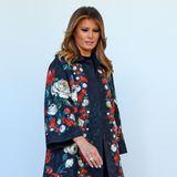 Melania Trump stimmt blumengeschmückt die Weihnachtszeit ein. Wer jetzt an Blumenbouquets gedacht hat, der hat weit gefehlt. Die First Lady von Amerika setzt beim Weihnachtsbaum-Stellen im Weißen Haus auf einen mit Rosenmuster verzierten Jacquard-Mantel von Dolce & Gabbana. Der dunkle Rotton der Blüten wird in der Sohle ihrer Velours-Leder-Stiefel von Louboutin wieder aufgegriffenansonsten hält Melania Trump ihrenLook in dezentemSchwarz.