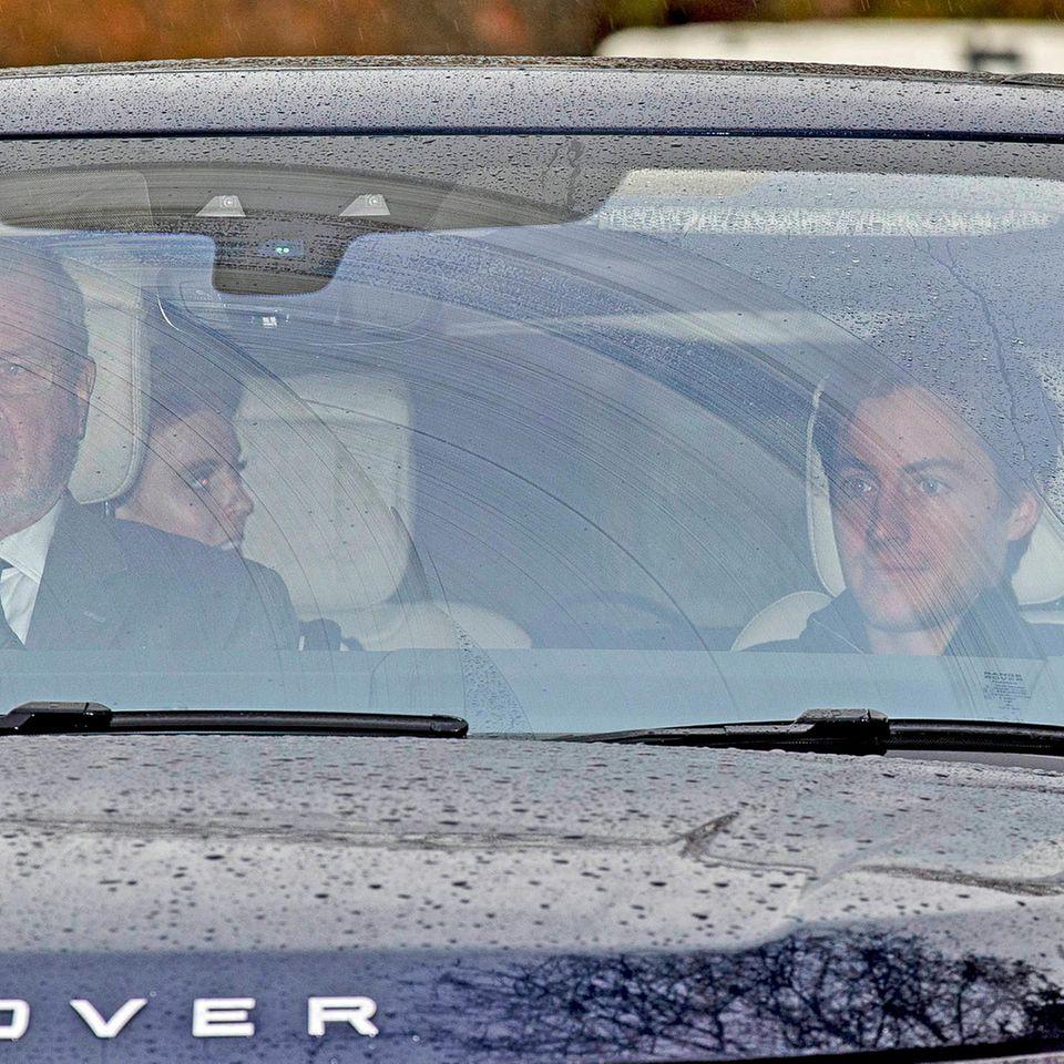 Prinzessin Beatrice (auf dem Rücksitz) und ihr Verlobter Edoardo Mapelli Mozzi (vorne rechts) verlassen am 25. November 2019 das Anwese von Prinz Andrew in Windsor.