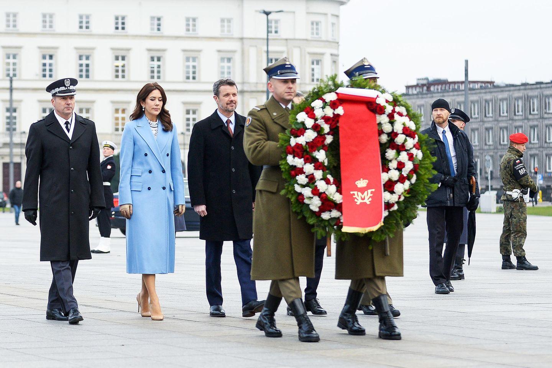 25. November 2019  Anlässlich des 100-jährigen Jubiläums der diplomatischen Beziehungen zwischen Dänemark und Polen sind Prinzessin Mary und Prinz Frederik nach Warschau gereist, und legen dort am Grabmal des unbekannten Soldaten einen Kranz nieder.