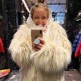 25. November 2019  Im Yeti-Look von Moncler hat Kate Hudson bei der Anprobe ihre helle Freude. Der Wintermantel ist selbstverständlich aus Fake Fur, sonst hätte die Schauspielerinihn sicher auch nicht angezogen.