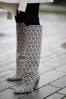 Die Muster schaffen es jetzt von Gürtel und Handtasche auch auf unsere Schuhe – in jedem Fall ein absoluter Hingucker.
