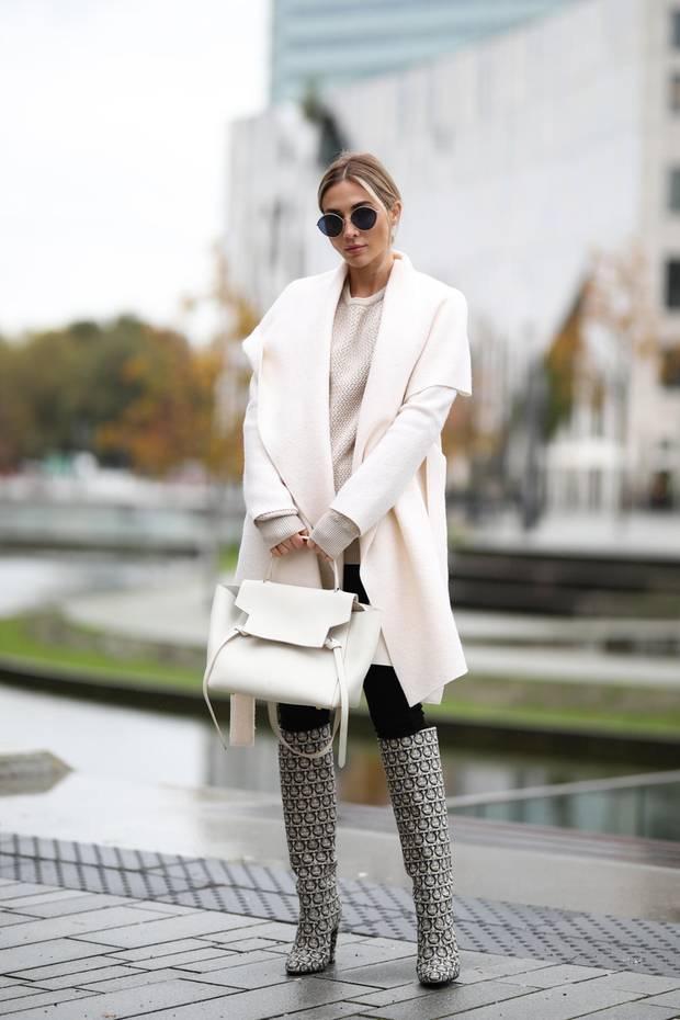 Ann-Kathrin Götze trägt den aktuellen Schuhtrend: Stiefel mit Monogramm-Muster. Dazu sehen auch schlichte Teile edel aus.