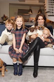 """Was für eine adrette Verwandtschaft! Neben ihren vier leiblichen Sprösslingen gehören fürHilaria Baldwin auchihre """"Fell-Babies"""" zur Familie."""