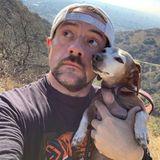 Regisseur und Schauspieler Kevin Smith gönnt sich beim Wandern durch die Hollywood Hills eine kleineAuszeit mit Hundedame Shecky, die ihn schon seit über zehn Jahren begleitet.