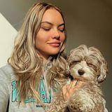 Hunde und ihre Herrchen bzw.Frauchen haben ja bekanntlich eine gewisse Ähnlichkeit. Auch beiCheyenne Ochsenknecht und ihrem Wuschel passt die Haarfarbe schon perfekt.