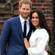 Stolz präsentiert Meghan ihren Verlobungsring:Er besteht auszwei äußeren, kleineren Diamanten aus einem Schmuckstück vonPrinzessin Diana. Der mittlere,großeDiamant stammt aus Botsuana– ein Ort, zu dem das Paar eine besondere Verbindung hat.
