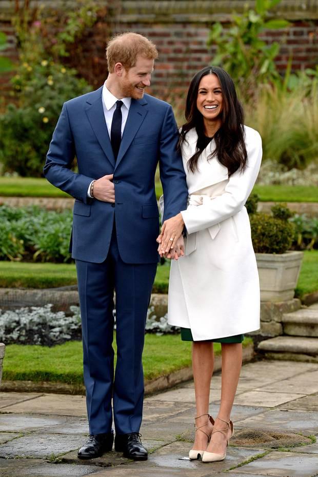 """Während Meghan in einemhellen, taillierten Mantel mit schickem Gürtel von """"Line The Label"""" strahlt, wähltPrinz Harry einen blauen Anzug, der für ihn nun eine ganz besondere Bedeutung hat."""