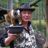 Ben Becker macht sich zum Affen:Für sein neuesProjektinszeniert sich der Schauspieler mit zweiMohrenmaki im Affenhaus des Berliner Tierparks.