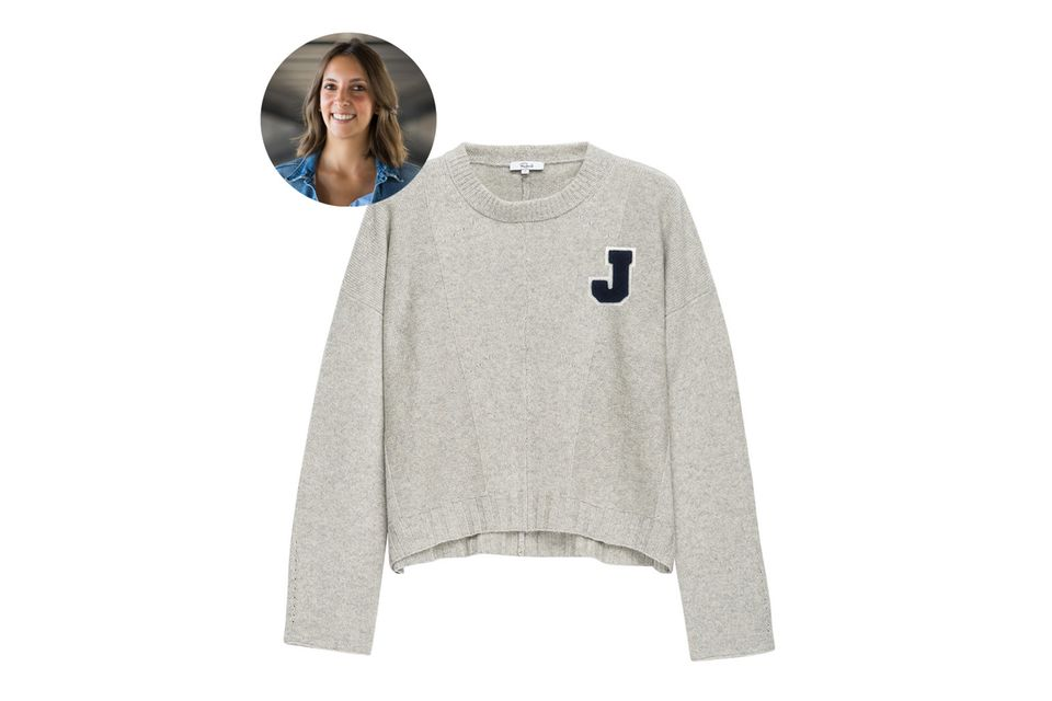 Redakteurin Jessica kuschelt sich in der Winterzeit in diesen personalisierten Wollpulli.