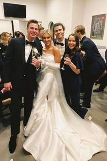 """Sadie Robertson, bekannt durch die amerikanische Serie Duck Dynasty, hat ihren Verlobten Christian Huff geheiratet. In einer Traumrobe aus Satin und mit XL-Schleppe sowie -Schleierhat sie im Kreise ihrer Liebsten """"Ja"""" gesagt. Besonderer Eyecatcher sind jedoch lange, farblich abgestimmteHandschuhe. Ein tiefer Dutt und Ohrringe in Tropfenform runden den Brautlook der 22-Jährigen gekonnt ab."""