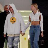 Gegensätzlicher könnte ein Date-Look nicht sein: Während es sich Sänger Justin Bieber in seinem Pullover und seinen Pantoffeln gemütlich zu machen scheint, geht es bei seiner Frau Haily Bieber fast ein bisschen luftig zu. Dass sich das Model in einer Crop-Bluse mitCutouts an Armen und offenen Sandaletten bloß nicht verkühlt ...