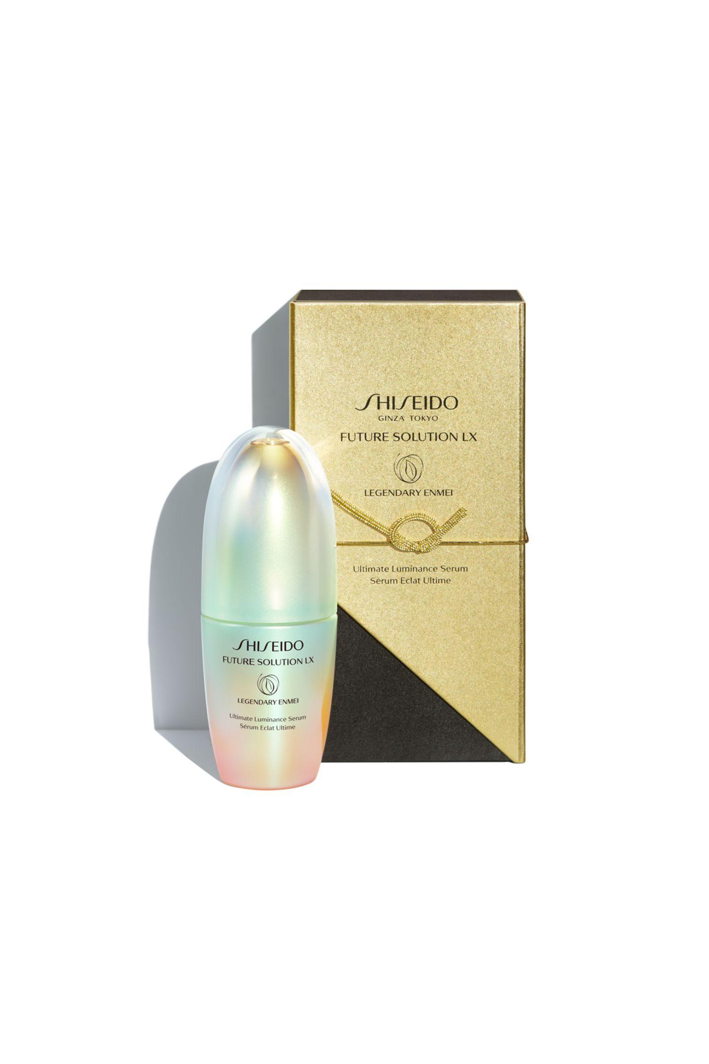 """Luxus pur für ihre Haut: Das """"Future Solution LX Legendary Enmei Ultimate Luminance Serum"""" von Shiseido verwöhnt ihre Haut mit der mystischen Lebenskraft des legendären Enmei Herb und der unvergleichlichen Ausstrahlung von Green Treasured Silk. Das Serum steigert die Leuchtkraft ihrer Haut und kann für ein jüngeres Aussehen und Hautgefühl sorgen. Ca. 450 Euro."""