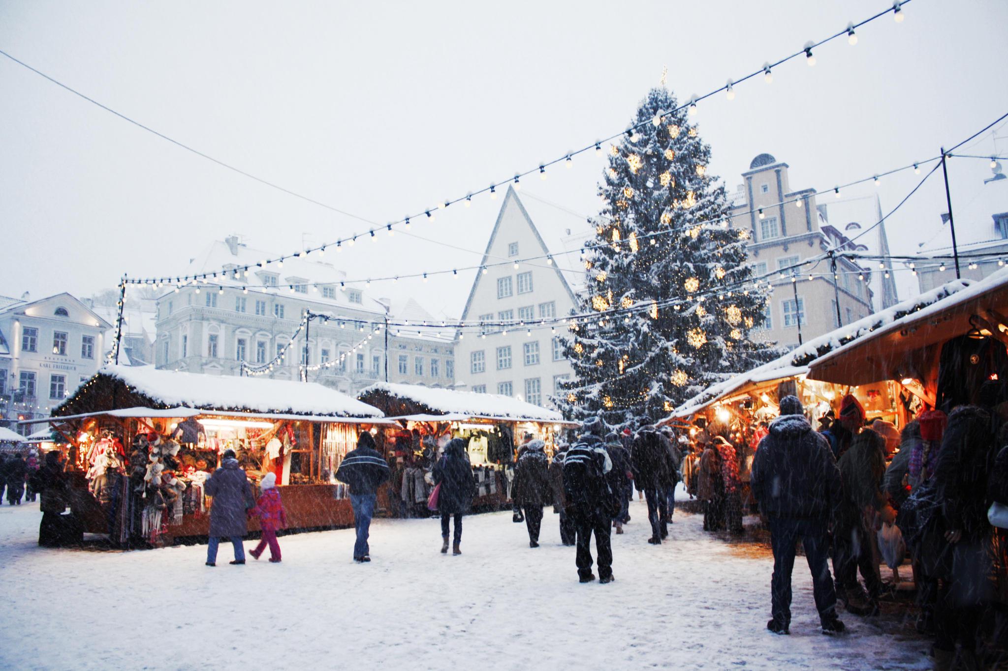 Weiße Weihnachten: Verschneiter Weihnachtsmarkt
