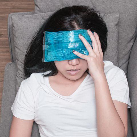Je nach Kopfschmerzart kann ein Kühlpack lindernd wirken.