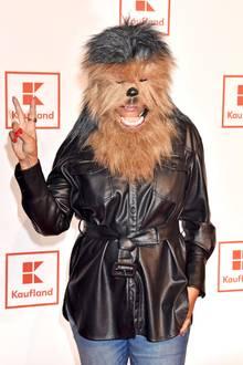 """Auf dem Event von Kaufland zum Start des neuen """"Star Wars"""" Films in Berlin hat sich natürlich auch Chewbacca auf dem roten Teppich unter die Promis gemischt. Ein kleines Detail verrät jedoch, welcher stylischer Gast sich hinter der haarigen Maske verbirgt. Schauen Sie mal genau auf den Lippenstift. Na, schon erkannt?"""