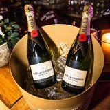 Moët & Chandon versorgt die Gäste mit prickelndem Champagner.