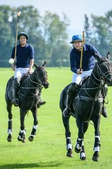 """Für """"Sturm der Liebe"""" stiegenSchauspieler Florian Frowein (r.) und Polo-Profi Paul Grabosch aufs Pferd."""