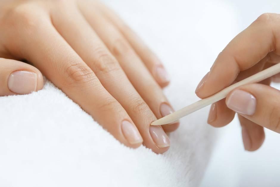 Nagelhaut entfernen leicht gemacht: Mit einem Rosenholzstäbchen lässt sich die Nagelhaut spielend leicht zurückschieben.